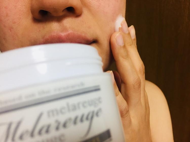 メラルージェ プレミアム モイスチャーゲルを肌に塗る