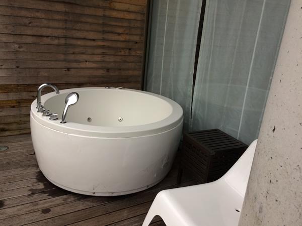 露天風呂付き和洋室のジャグジー