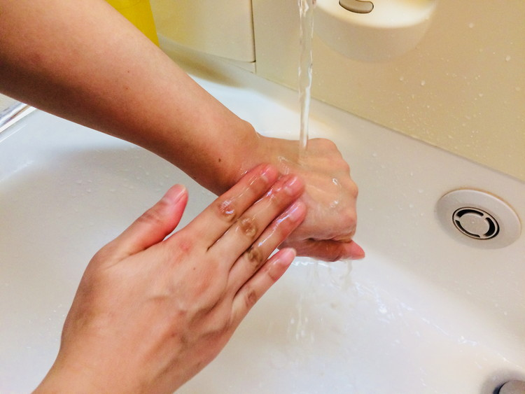 アテニアのスキンクリア クレンズでクレンジング後に洗い流す2