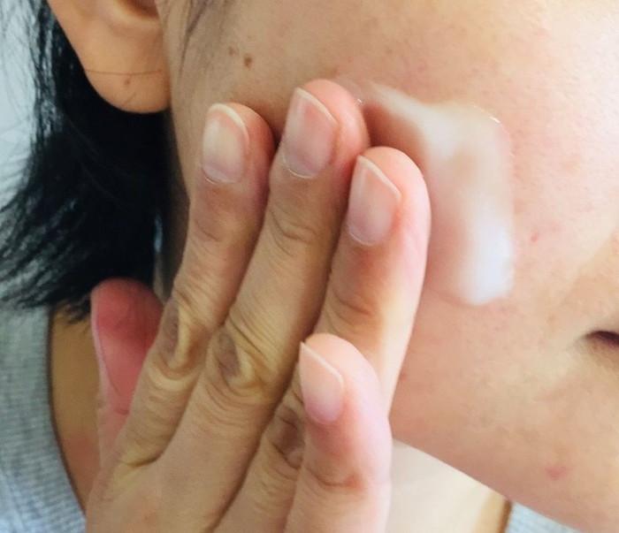 オールインワンジェル「シュセラモイストゲル」を肌に塗る
