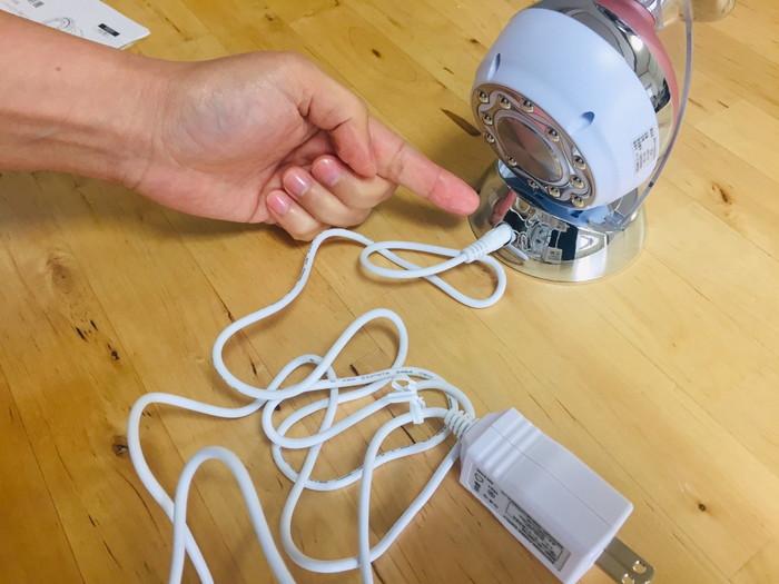 ヤーマンのキャビスパ本体に電源コードを差し込む