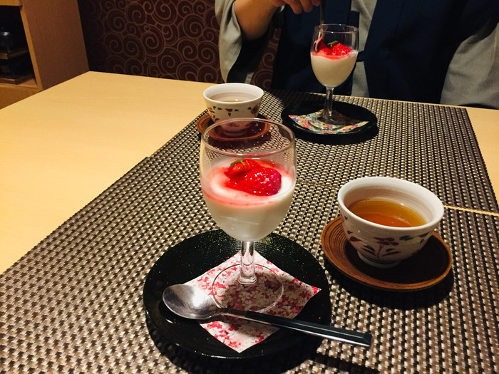箱根湯宿 然-ZEN-の夕食のデザート(イチゴのヨーグルト)