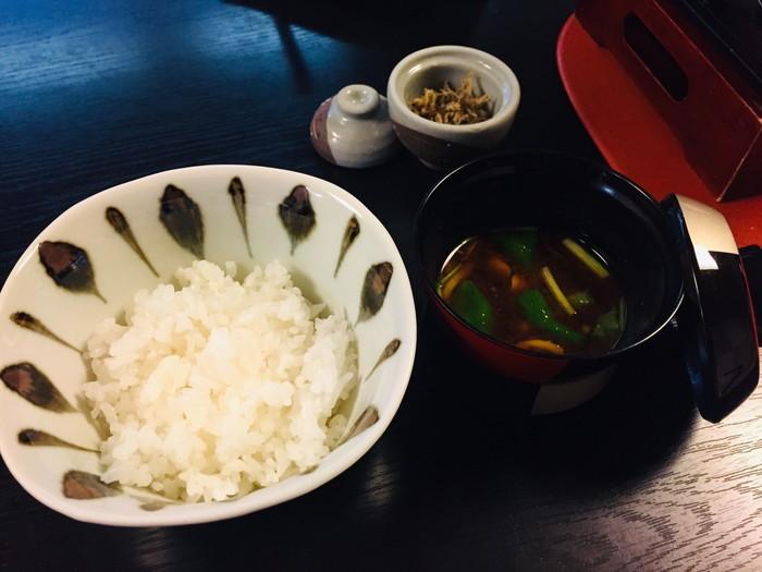 塩原温泉の旅館「湯の花荘」の夕食-食事(ごはん、赤だし)