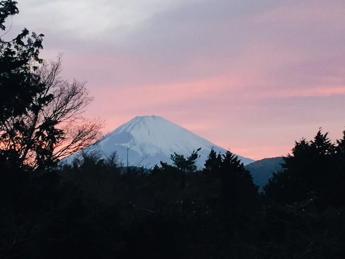 箱根湯宿 然-ZEN-の客室から見える黄昏の富士山