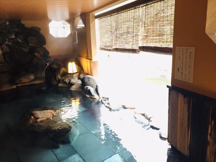 塩原温泉の旅館「湯の花荘」の貸切り露天風呂「青葉の湯」の浴場