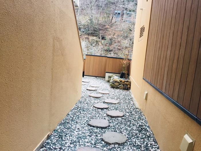 塩原温泉の旅館「湯の花荘」の貸切り露天風呂への通路